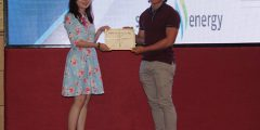Ms Adeline Wong Set Fung (Chair of IEM-YES National Summit 2017) presenting award certificate to Alvin Chiew Jing Jie (Chair of IEM-UNMC Student Section 2017/18).